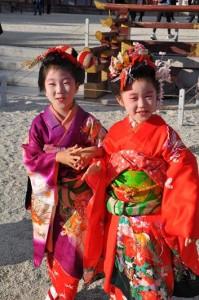 Petites filles en tenue traditionnelle
